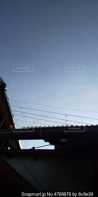 波板の屋根からみた空の写真・画像素材[4769878]