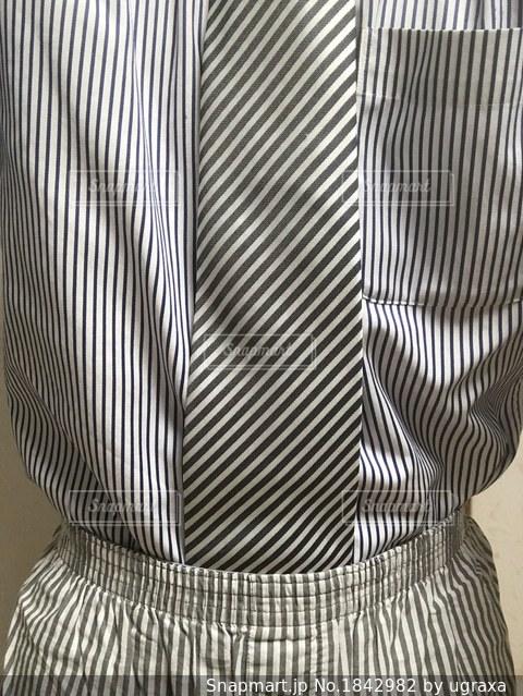 黒と白のストライプのシャツの写真・画像素材[1842982]