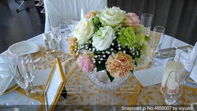 結婚式前のテーブルの上の花の写真・画像素材[4658007]