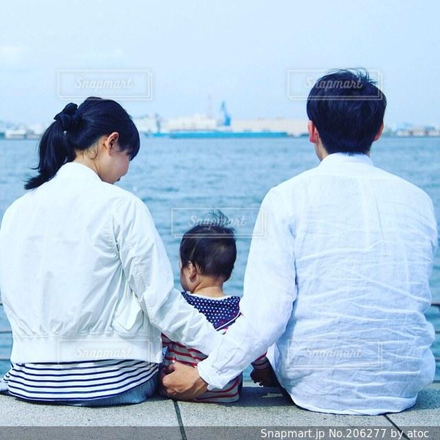 家族,3人,海,公園,夏の写真素材