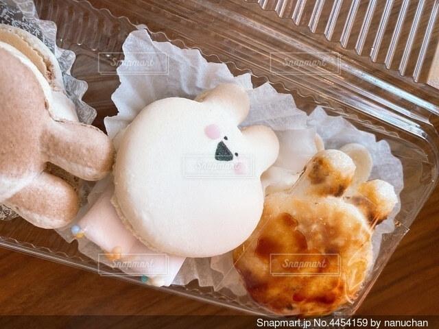 木製のテーブルの上に座っているケーキの写真・画像素材[4454159]