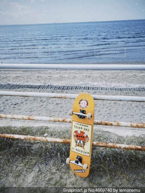 フェンスの側面に座っているボートの写真・画像素材[4669740]