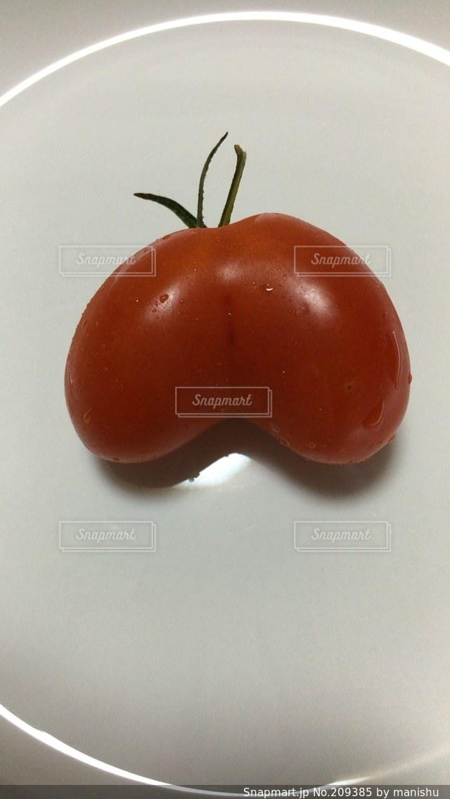 面白い形のトマトを見付けました!の写真・画像素材[209385]