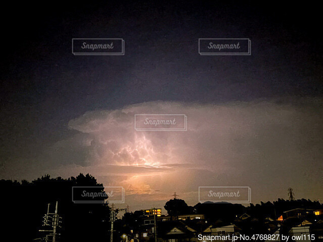 夏の終わり 雷光 夜景 都会の夏の写真・画像素材[4768827]