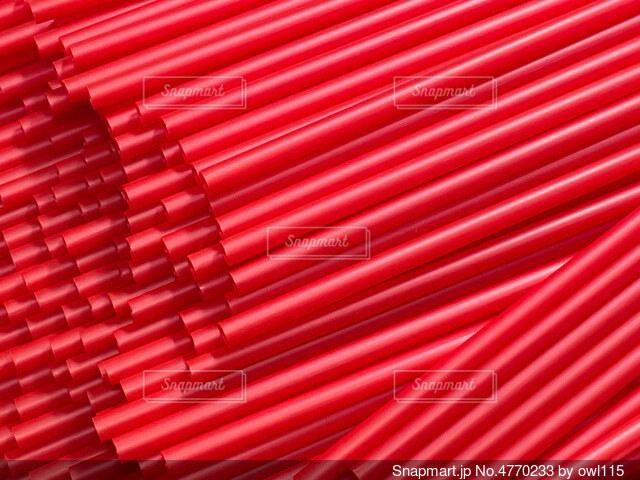 大量の赤いストローの写真・画像素材[4770233]