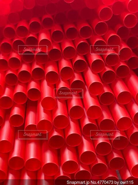 大量の赤いストローの写真・画像素材[4770473]
