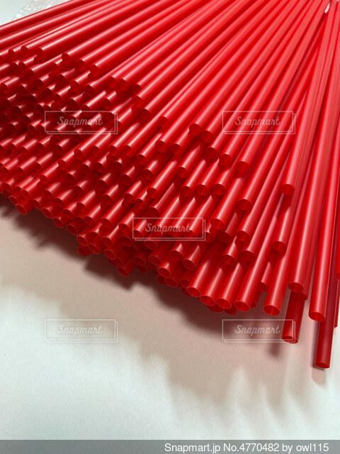 大量の赤いストローの写真・画像素材[4770482]
