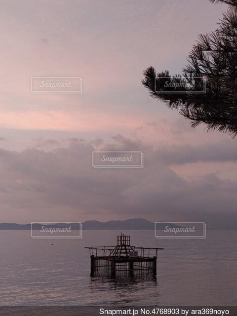朝焼けの湖の写真・画像素材[4768903]