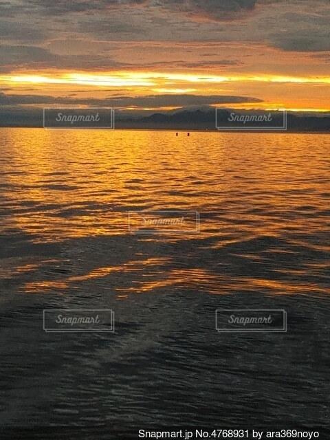 黄金に染まる湖の写真・画像素材[4768931]