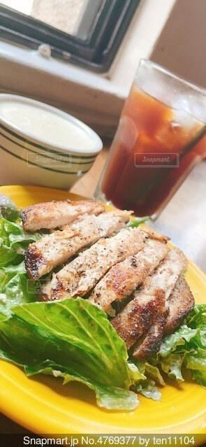 皿の上に肉と野菜を入れたサンドイッチの写真・画像素材[4769377]