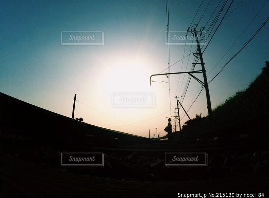 秋の夕日と少女の写真・画像素材[215130]