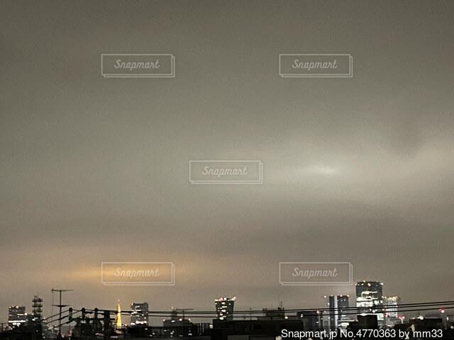 東京タワーと月の写真・画像素材[4770363]