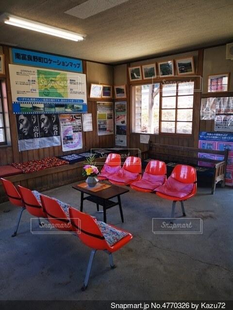大きなオレンジ色の椅子の写真・画像素材[4770326]