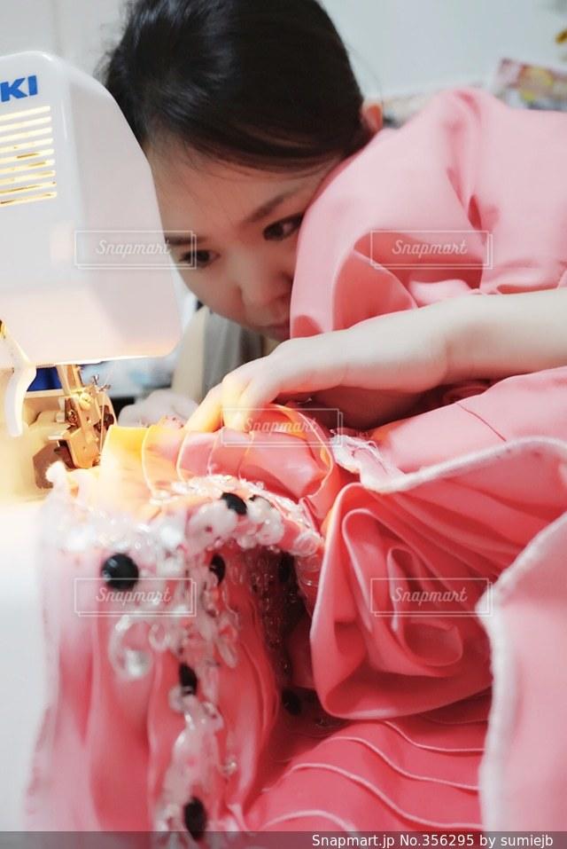 女性,ピンク,ドレス,ハンドメイド,母,シンデレラ,ママ,針,ミシン,縫う,内職