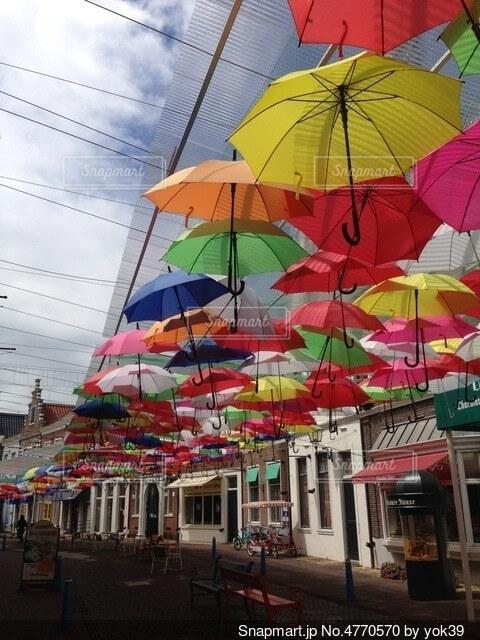 雨の日でも晴れの日でもカラフルな傘の道の写真・画像素材[4770570]