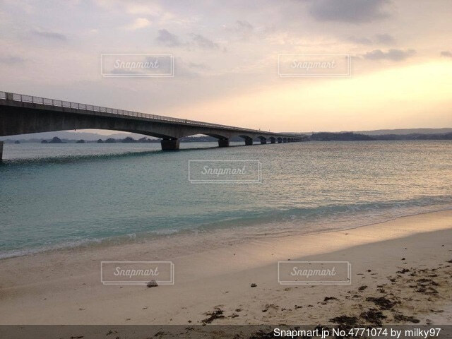 冬の沖縄の空と海の写真・画像素材[4771074]