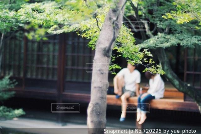 縁側に座るカップル - No.720295