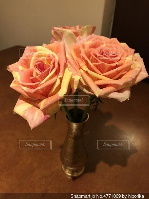 テーブル上の花瓶に入ったカラフルなバラの写真・画像素材[4771069]