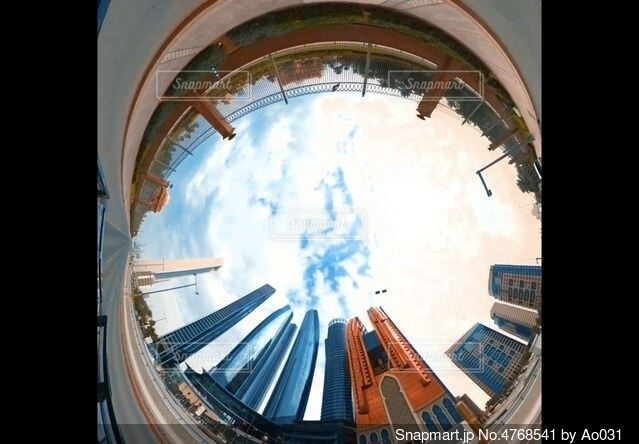 高層ビルの立ち並ぶ砂漠の街 アブダビの写真・画像素材[4768541]