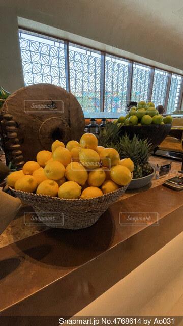 テーブルの上のレモンの写真・画像素材[4768614]