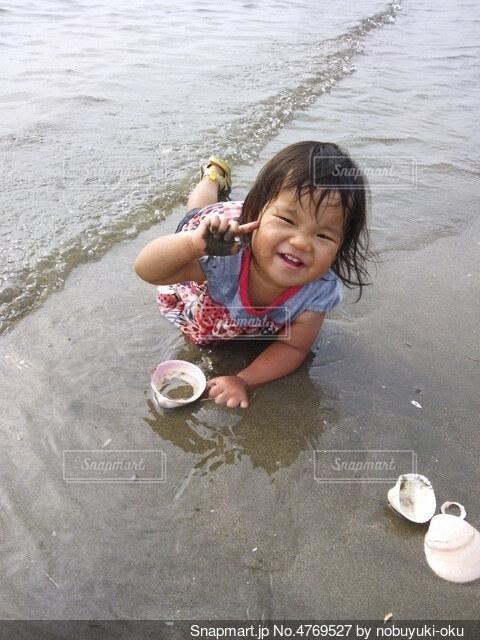 服のまま飛び込む海の写真・画像素材[4769527]