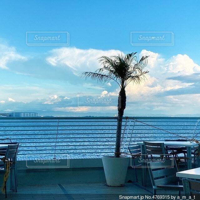 ホテルのテラス席で見る景色の写真・画像素材[4769315]