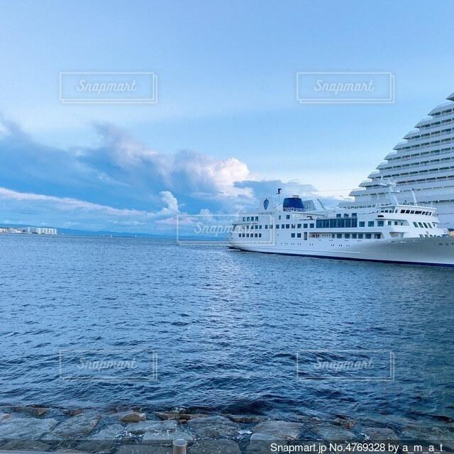 海に浮かぶ船の写真・画像素材[4769328]