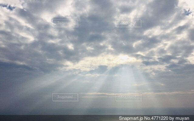 空の雲の光の写真・画像素材[4771220]