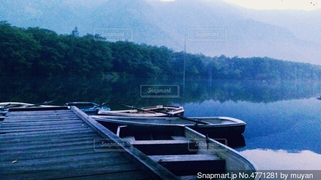 湖とボートの写真・画像素材[4771281]