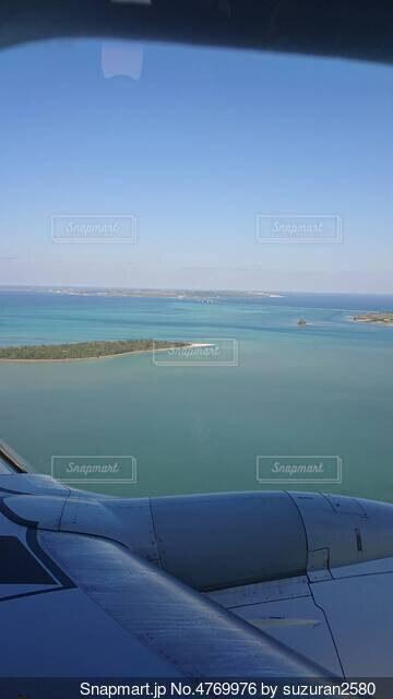 水の体の上に座っている飛行機の写真・画像素材[4769976]
