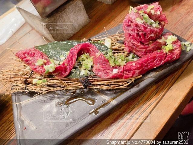木製のまな板の上に座っているケーキの写真・画像素材[4770004]