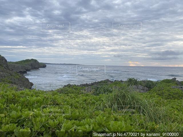 海の隣にある水の体の写真・画像素材[4770021]