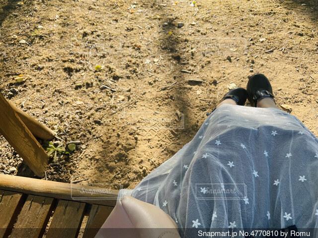 ベンチでたそがれてる人の写真・画像素材[4770810]