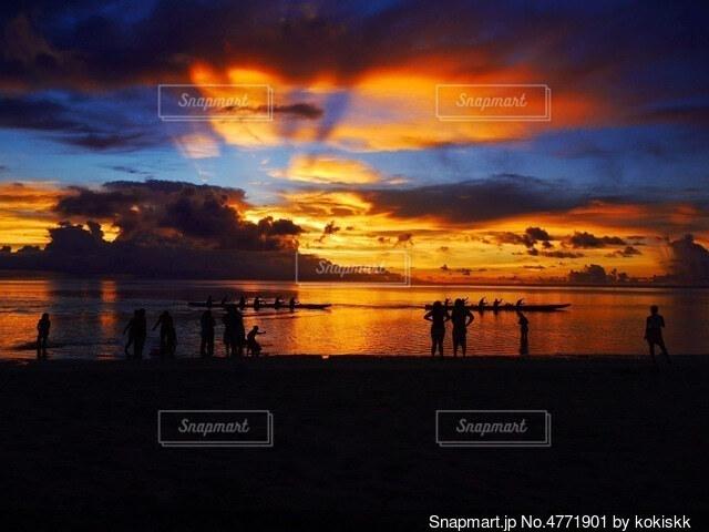 沈む夕日に馳せる思いの写真・画像素材[4771901]