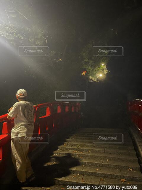 つい立ち止まってしまう謎の赤い橋の写真・画像素材[4771580]