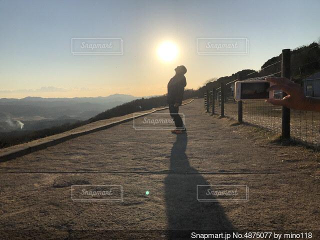 山と夕日と人の風景写真の写真・画像素材[4875077]