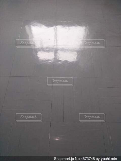 廊下に反射した窓の写真・画像素材[4873748]