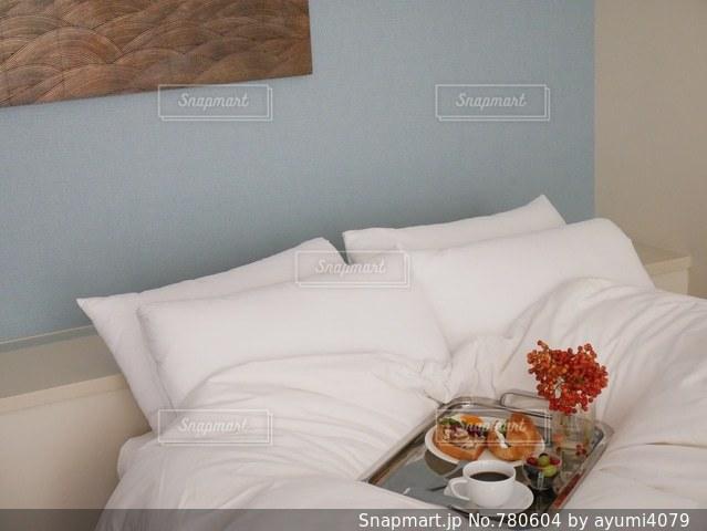 ベッドの上で朝ごはんの写真・画像素材[780604]