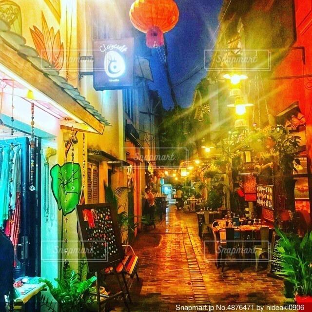 カンボジア裏通りの夜の写真・画像素材[4876471]