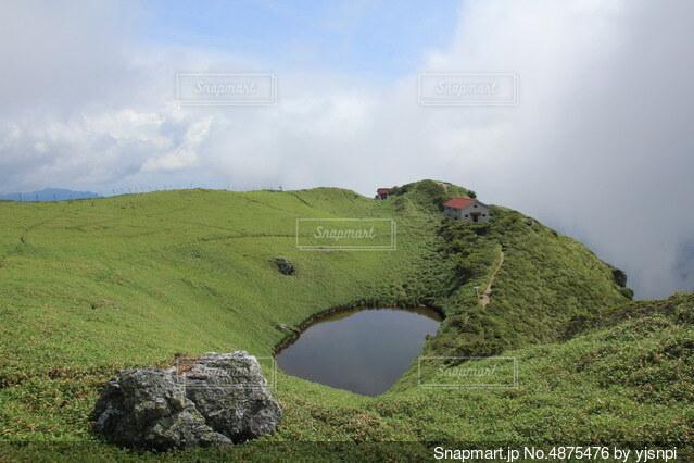 丘の中腹の近くの写真・画像素材[4875476]