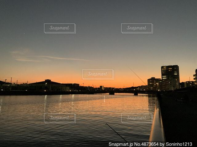 夕まずめの川釣りの写真・画像素材[4873654]