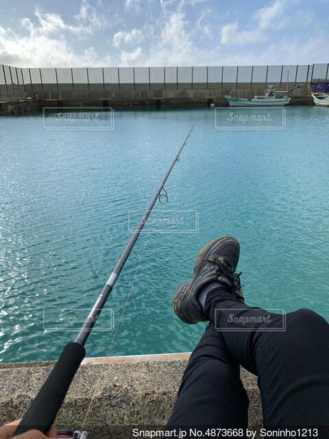 釣りをしている人の写真・画像素材[4873668]