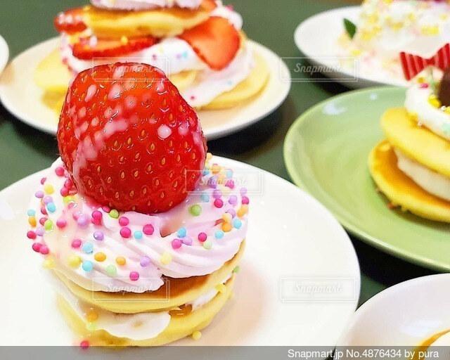 カラフルな苺のパンケーキの写真・画像素材[4876434]