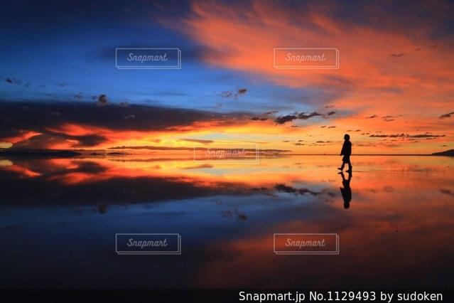 夕暮れのウユニ塩湖の写真・画像素材[1129493]