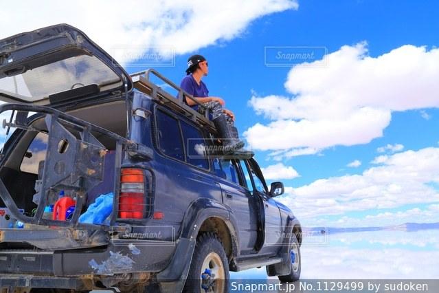 青空のウユニ塩湖の写真・画像素材[1129499]