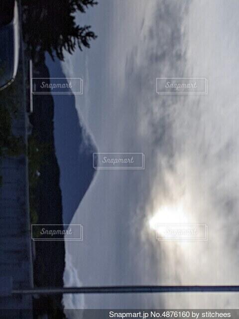雲がかった富士山の写真・画像素材[4876160]