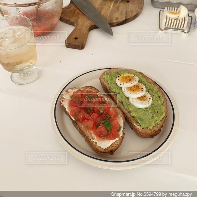 食べ物の皿をテーブルの上に置くの写真・画像素材[3594799]