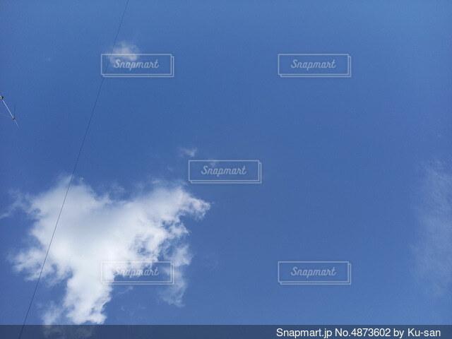 空に浮かぶハートの雲の写真・画像素材[4873602]