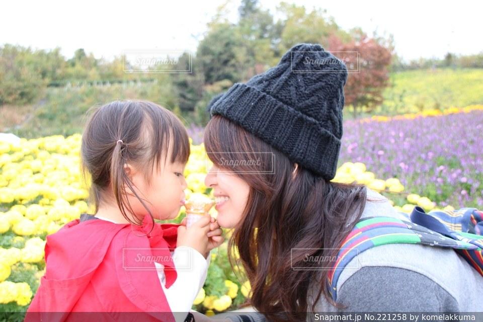 女性,子ども,家族,2人,自然,風景,公園,秋,女の子,ソフトクリーム,アイスクリーム,幸せ,暖かい,こども,一緒に,一緒の写真素材