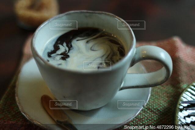 コーヒーとミルクが混ざるところの写真・画像素材[4872296]
